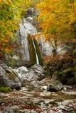Siklawa między skałami w jesieni Obrazy Stock