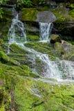 Siklawa Nad Wielkimi Mechatymi skałami w wiosny zatoczce Obrazy Royalty Free