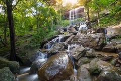 Siklawa piękna w lesie tropikalnym przy Soo Da jamy Roi et Thailan obrazy royalty free