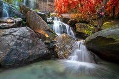 Siklawa piękna w lesie tropikalnym przy Soo Da jamy Roi et Thailan obraz royalty free