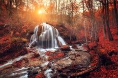 Siklawa przy halną rzeką w jesień lesie przy zmierzchem zdjęcia stock