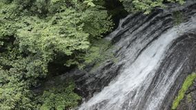 Siklawa spada nad skały masą zbiory