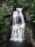 Siklawa strzał przy średniej rangi przy Bushkill Spada w Pennsylwania obraz royalty free