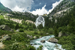 Siklawa Toce rzeka, Formazza dolina - Podgórska Fotografia Stock
