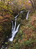 Siklawa wśród jesień liści Fotografia Royalty Free