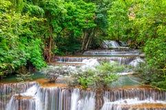 Siklawa w głębokiej las tropikalny dżungli (Huay Mae Kamin siklawa ja Zdjęcia Royalty Free