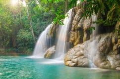 Siklawa w Głębokim lesie przy Erawan siklawy parkiem narodowym Obrazy Royalty Free