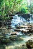 Siklawa w Głębokim lesie przy Huay Mae Kamin, Tajlandia Zdjęcie Stock