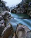 Siklawa w halnej rzece Zdjęcia Royalty Free