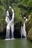 Siklawa w luksusowym tropikalny las deszczowy Fotografia Royalty Free