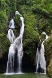 Siklawa w luksusowym tropikalny las deszczowy Obrazy Royalty Free