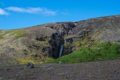 Siklawa w małym jarze w Islandzkim krajobrazie Zdjęcie Royalty Free