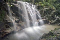 Siklawa w Malezja tropikalnym lesie deszczowym Zdjęcie Royalty Free