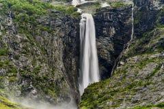 Siklawa w północnym Norwegia, lodowiec Kjenndalsbreen Zdjęcie Royalty Free
