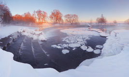 Siklawa w parku w zimie fotografia stock