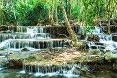 Siklawa w Tropikalnym lesie, Kanchanaburi, Tajlandia Obrazy Stock