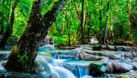 Siklawa w tropikalnym lesie przy Erawan parkiem narodowym, Thaila Zdjęcie Stock