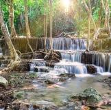 Siklawa w Tropikalnym lesie przy Huay Mae Kamin Zdjęcie Royalty Free