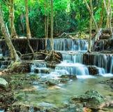 Siklawa w Tropikalnym lesie przy Huay Mae Kamin, Tajlandia Zdjęcia Stock