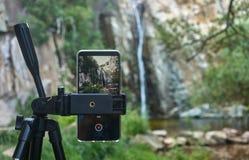 Siklawa widok od smartphone obrazy royalty free