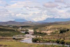Siklawa z droga mostem na chmurnym dniu Zdjęcia Royalty Free