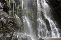 Siklawa z górami w kraju Sri Lanka Fotografia Royalty Free