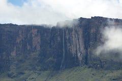 Siklawy i chmury przy Kukenan tepui Roraima lub górą Venezue Obraz Royalty Free