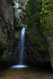 Siklawy Maly Adrspassky vodopad w rockowym halnym Adrspasske skaly, Czeski republin fotografia royalty free