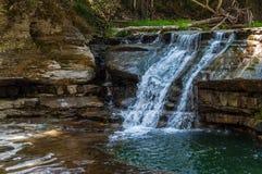 Siklawy Nad iłołupek skałą w Robert H Treman stanu park zdjęcia royalty free