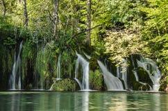 Siklawy ` s i wodny strem przy Plitvice jezior parkiem Fotografia Royalty Free