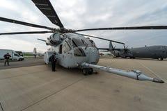 Sikorsky CH-53K för Skurkroll-elevator lasthelikopter konung Stallion av Förenta staterna Marine Corps på flygfältet Arkivbilder