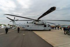 Sikorsky CH-53K för Skurkroll-elevator lasthelikopter konung Stallion av Förenta staterna Marine Corps på flygfältet Royaltyfria Foton