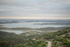 Sikt över Alqueva sjön från Monsaraz Arkivfoton