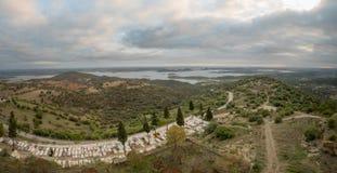 Sikt över Alqueva sjön från Monsaraz Royaltyfri Foto