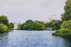 Sikt över Buckingham Palace och det London ögat Arkivbild