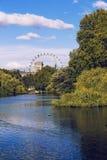 Sikt över Buckingham Palace och det London ögat Arkivbilder