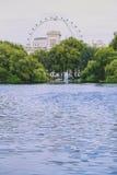Sikt över Buckingham Palace och det London ögat Royaltyfri Fotografi