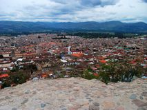 Sikt över Cajamarca i norr Peru Arkivbild