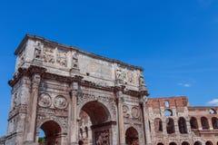 Sikt över Colosseum och båge av Constantine arkivfoto