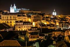 Sikt över den Alfama fjärdedelen på natten. Lissabon. Portugal royaltyfri bild
