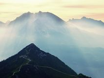 Sikt över den alpina klippan och dalen Solen på horisonten, blå himmel med få fördunklar sikt för alpshochriesberg Fotografering för Bildbyråer