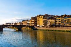 Sikt över den Arno floden till Ponten Santa Trinita Fotografering för Bildbyråer