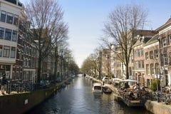 Sikt över den Egelantiers grachtkanalen i Amsterdam Royaltyfri Foto