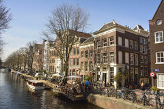 Sikt över den Egelantiers grachtkanalen i Amsterdam Arkivbild