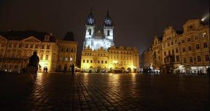 Sikt över den gamla fyrkanten in mot kyrkan, timelapse, starom den centrala fyrkanten av Prague, den Prague slotten och gammalt lager videofilmer