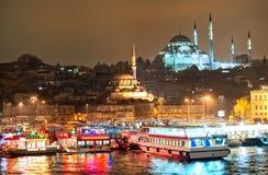 Sikt över den guld- hornen i Istanbul på natt Arkivbild