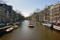 Sikt över den Herengracht kanalen i Amsterdam Arkivbilder