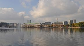 Sikt över den inre Alster sjön Binnenalster Hamburg royaltyfri bild