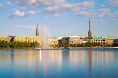 Sikt över den inre Alster sjön (Binnenalster) i Hamburg arkivbild