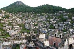 Sikt över den Kayakoy spökstaden i Turkiet arkivfoto